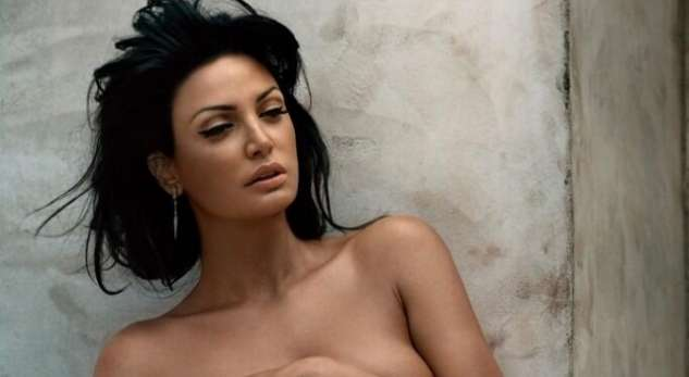 """Bleona Qereti """"qeras"""" beqarët me foto nudo (+18)"""