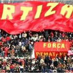 Tirana bie nga kategoria, ja si festojnë tifozët e Partizanit (VIDEO)