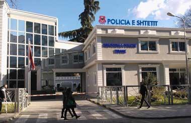 Protesta e PD. Policia blindon Tiranën