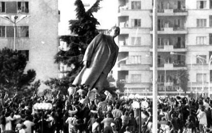 Shembja e statujave: Nga koka e Stalinit, tek fantazia e Maos