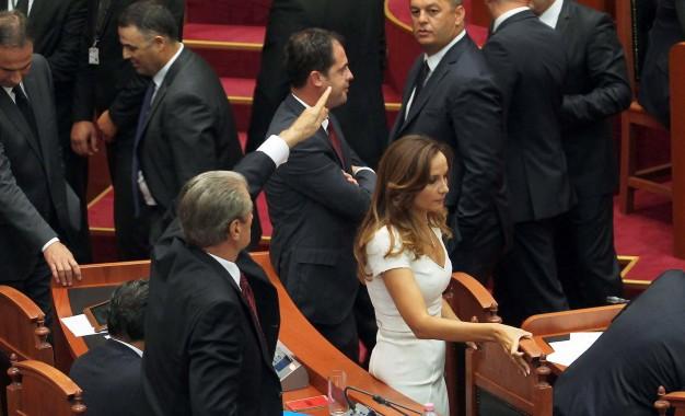 Tension në Kuvend/ Akuzat e Berishës për Ramën, PS ndërpret seancën (VIDEO)