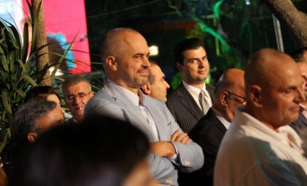 """Valle dyshe Rama-Basha duke bërë """"kokë turku"""", ish-liderin  Berisha"""