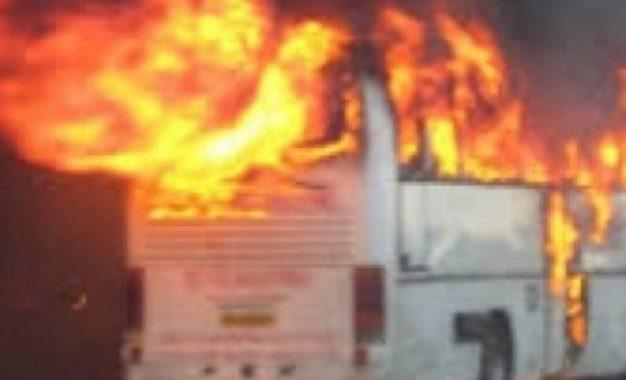 Tmerr/Shpërthen në flakë autobusi plot me turistë në qendër të Krujës