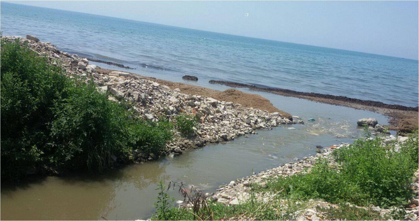 """""""Shitet/jepet me qira"""". Zhvlerësohet plazhi i Durrësit pas masakrës"""