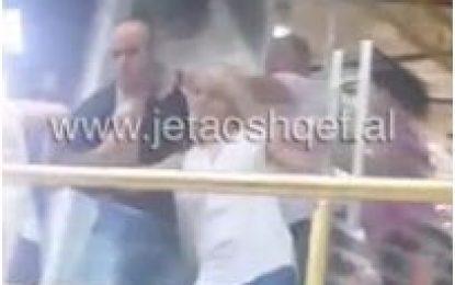 Sherr në një parukeri në Tiranë, vajzën e nxjerrin jashtë për flokësh (VIDEO)