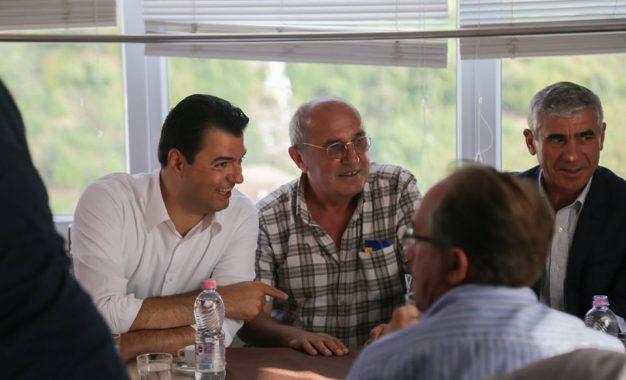 Lulzim Basha rikthen shkrimtarin, ndërsa Edi Rama largon shkrimtarin