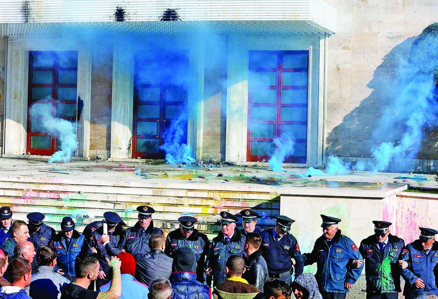 Partia Demokratike vendos: Protestë me çadra para godinës së Kryeministrisë