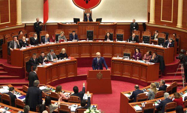Ligji i importit të mbetjeve/Debate dhe sherrpër plehrat në Parlament