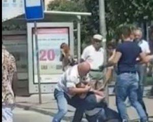 Grushta tek 15katëshi! Dy burra rrihen, të tjerët bëjnë sehir! (VIDEO)