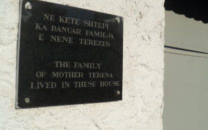Jeni për turp, mjafton t'i rregulloni pllakën Nënë Terezës!