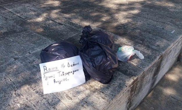 Forma e re e protestës/Qytetari i dërgon Ramës plehrat në Kryeministri