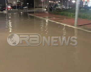 VIDEO/Reshje të dendura shiu në Lezhë, qyteti izolohet nga uji