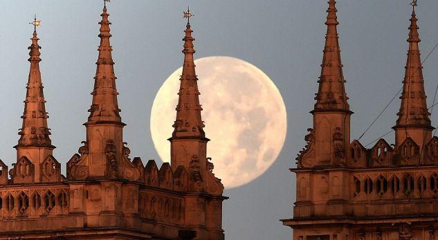 Bëhuni gati për një hënë super të madhe këto ditë