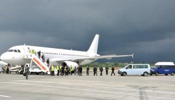 Pasiguria në aeroportin e Rinasit, rrezikohet incidenti me avionin e pasagjerëve