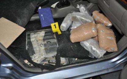 Kurbin, po transportonte 16 kg kanabis me makinë, 1 i arrestuar