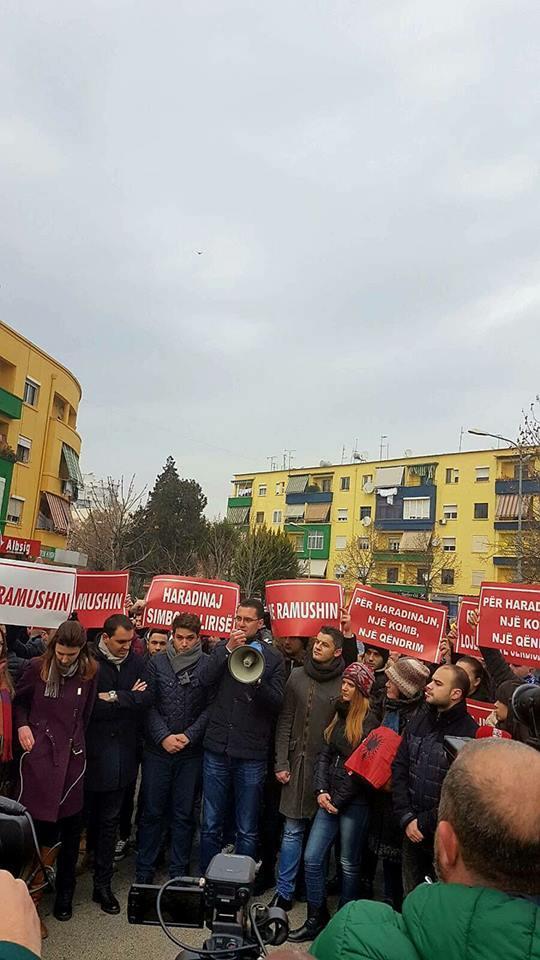 Të rinjtë e PS-LSI-PD protestojnë para ambasadës franceze për Haradinaj