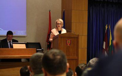 Ministrja Kodheli ndihma për disa familje në nevojë në Klos (VIDEO)
