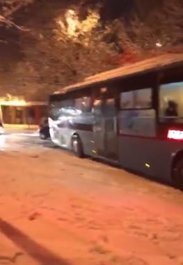 """VIDEO/ Aksidentet e para nga bora në Tiranë, shikoni si ka rrëshqitur autobusi i """"Unazës"""""""