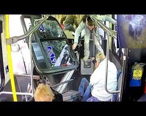 Çfarë fati, shikoni si i shpëton vdekjes (VIDEO)