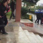 VIDEO/ I vranë djalin, nëna e viktimës ulërima dhe lot në spitalin e Vlorës: Më vranë dritën e syve!