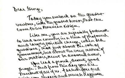 Çfarë ju shkruajtën trashëgimtarëve të tyre Clinton dhe Bush para inaugurimit? (FOTO)