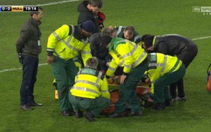 """FOTO/ Panik në """"Stamford Bridge"""", lojtari Hull City-t pa ndjenja në fushën e lojës"""