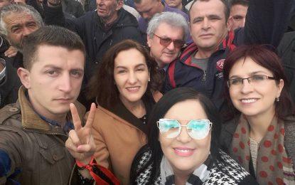 """Deputetja e PD-së, në protestë me syze """"të veçanta"""" (FOTO)"""
