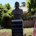 """Hiqet busti i Hillary Clinton në Sarandë. Qytetarët: """"Ngaqë fitoi Trump"""". Bashkia: Ja e vërteta"""
