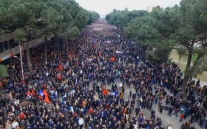 Protesta e PD/Lubonja: Kjo turmë e madhe të detyron të marrësh vendime