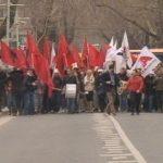 Aleanca Kuq e Zi me pankarta drejt Kryeministrisë