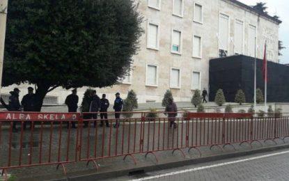 Kryeministria rrethohet me barrikada (FOTO)