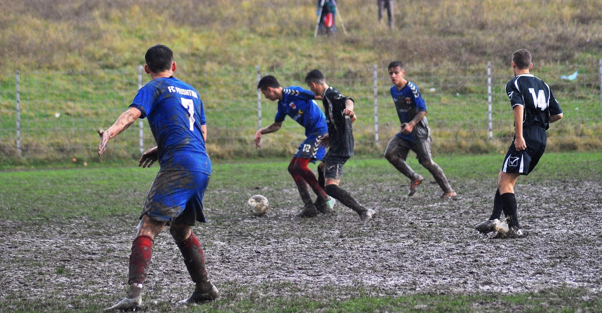 E ardhmja e futbollit lind në baltë (FOTO)