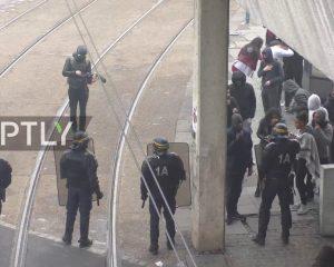 Protesta të dhunshme në Paris. Të rinjtë përplasen me policinë