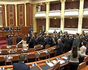 VIDEO nga sherri në Kuvend. Noka grusht Braces: I tha bo.. Berishës
