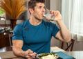 Ja pse nuk duhet të pini më kurrë ujë gjatë ngrënies
