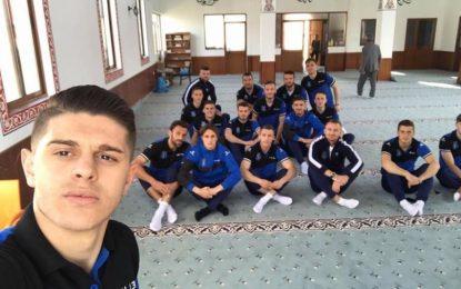 Futbollistët e Kosovës luten në xhami para ndeshjes kundër Islandës