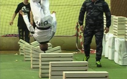 Thyen me kokë 111 blloqe betoni, 16 vjeçari në rekordin Gines