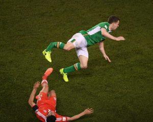 VIDEO/ Ndërhyrje horror në ndeshjen Irlandë-Uells, mbrojtësi thyen këmbën…
