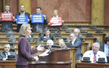 Mogherini në Beograd, radikalët e Sheshelit e pengojnë gjatë fjalimit në Kuvend