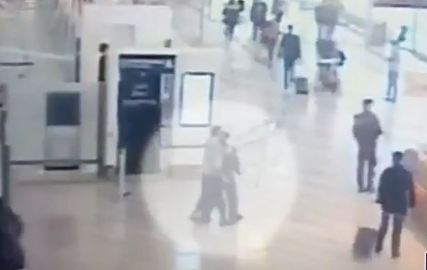 Publikohen pamjet – Momenti kur 39-vjeçari sulmon oficeren në aeroportin e Parisit
