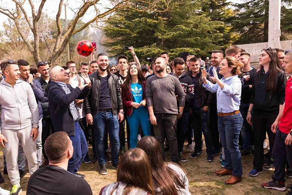 Ilir Meta luan volejboll në Pezë dhe shuton Edi Ramën në Surrel