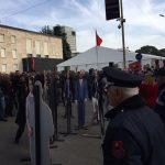 Rama pi kafe, protestuesit e PD e rrethojnë/ I nxjerrin para Erion Veliajn me fiq (Video)