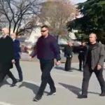 Rama kalon pranë çadrës së opozitës, ja kë takon (VIDEO)
