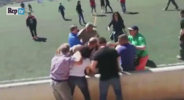 VIDEO/ Spanjë, sherr me grushte dhe shqelma, prindërit rrihen në sy të fëmijëve
