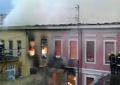 FOTO/ Zjarrfikësit 'luftë' me zjarrin. Marrin flakë edhe dy banesa të tjera në Shkodër