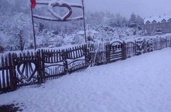 Prej disa ditësh zonat malore të Shqipërisë janë mbuluar nga bora.
