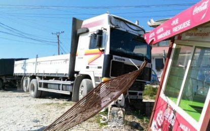 Aksident i rëndë në Vlorë, kamioni përplas punëtorin e rrugës