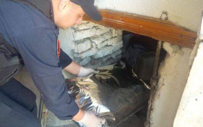 FOTO-VIDEO/ I lë shtëpinë kushëririt në ruajtje por ja mbush me drogë. Gjenden 17 thasë me kanabis në qilar