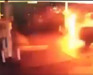 Aksident i frikshëm, 25-vjeçarja e dehur godet me makinë karburantin (VIDEO)