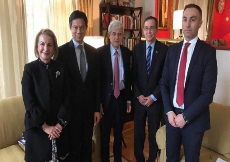 Ali Ahmeti takohet me zyrtarin amerikan: Nuk ka kthim pas për Maqedoninë